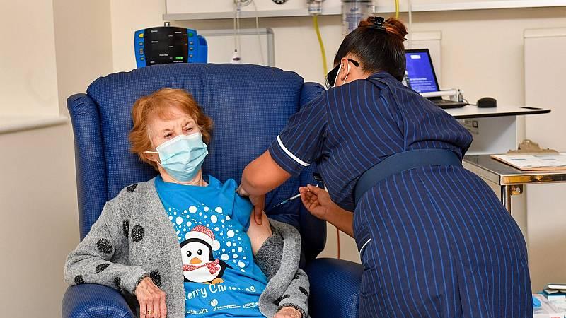Una mujer británica de 90 años, la primera persona del mundo en recibir la vacuna de Pfizer y BioNTech