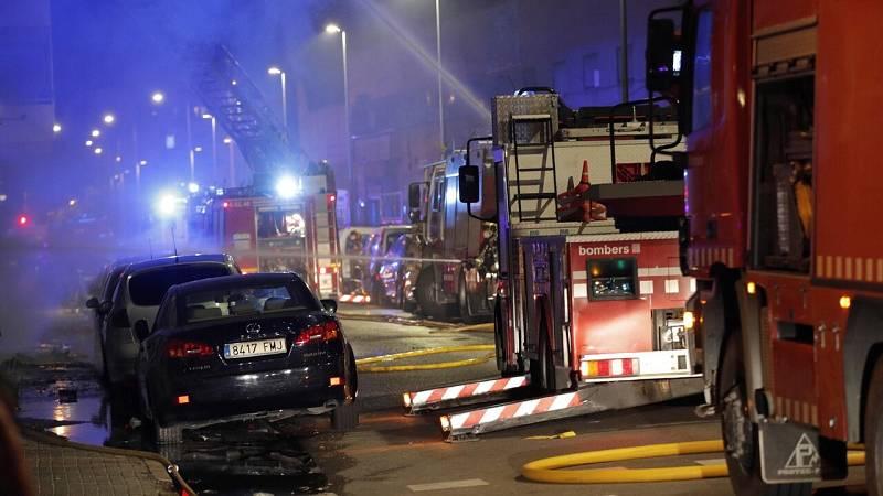 Al menos 17 heridos, cinco graves, en el incendio de una nave en Badalona