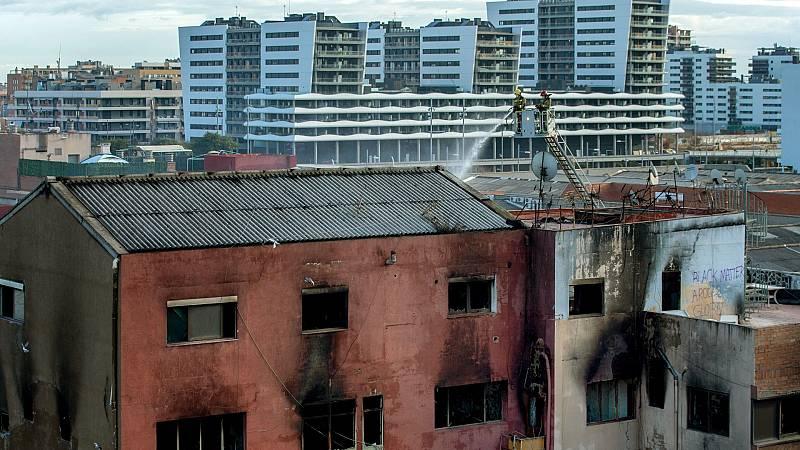 Los bomberos localizan un tercer cadáver en la nave incendiada de Badalona