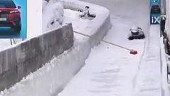 Una piloto de Skeleton choca contra una escoba en medio de la pista