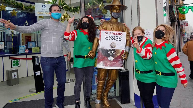El primer quinto premio de la Lotería de Navidad, el 86.986, cae muy repartido
