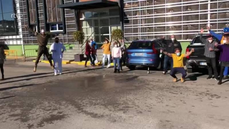 Los trabajadores de una empresa cárnica de Cuenca celebran el tercer premio de la Lotería de Navidad