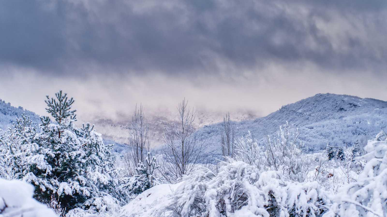 Frente frío, con fuertes vientos y nevadas, recorrerá la Península - ver ahora