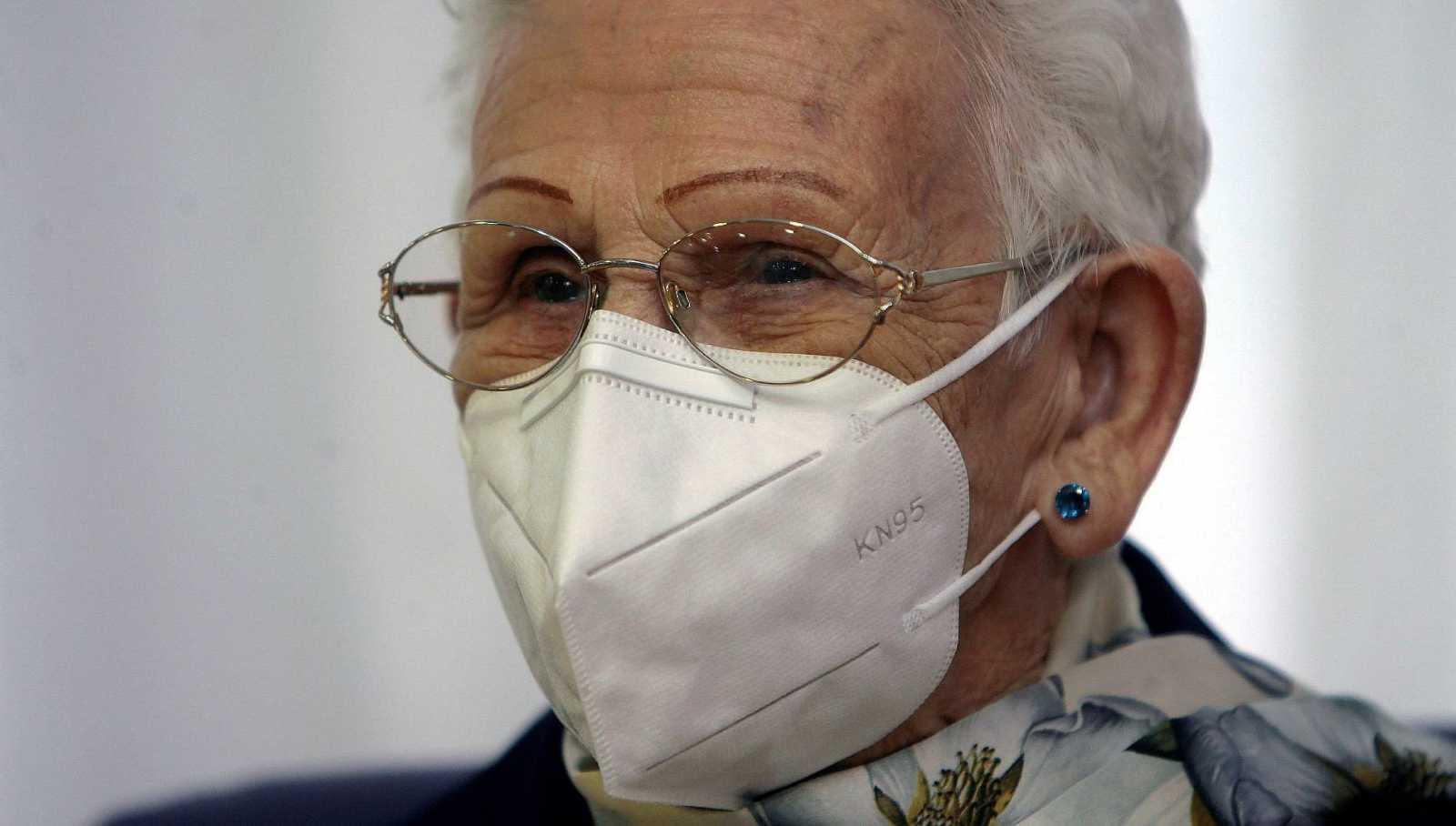 """Araceli Rosario, de 96 años, primera mujer en recibir la vacuna en España: """"Esperemos que nos deje en paz el virus"""""""