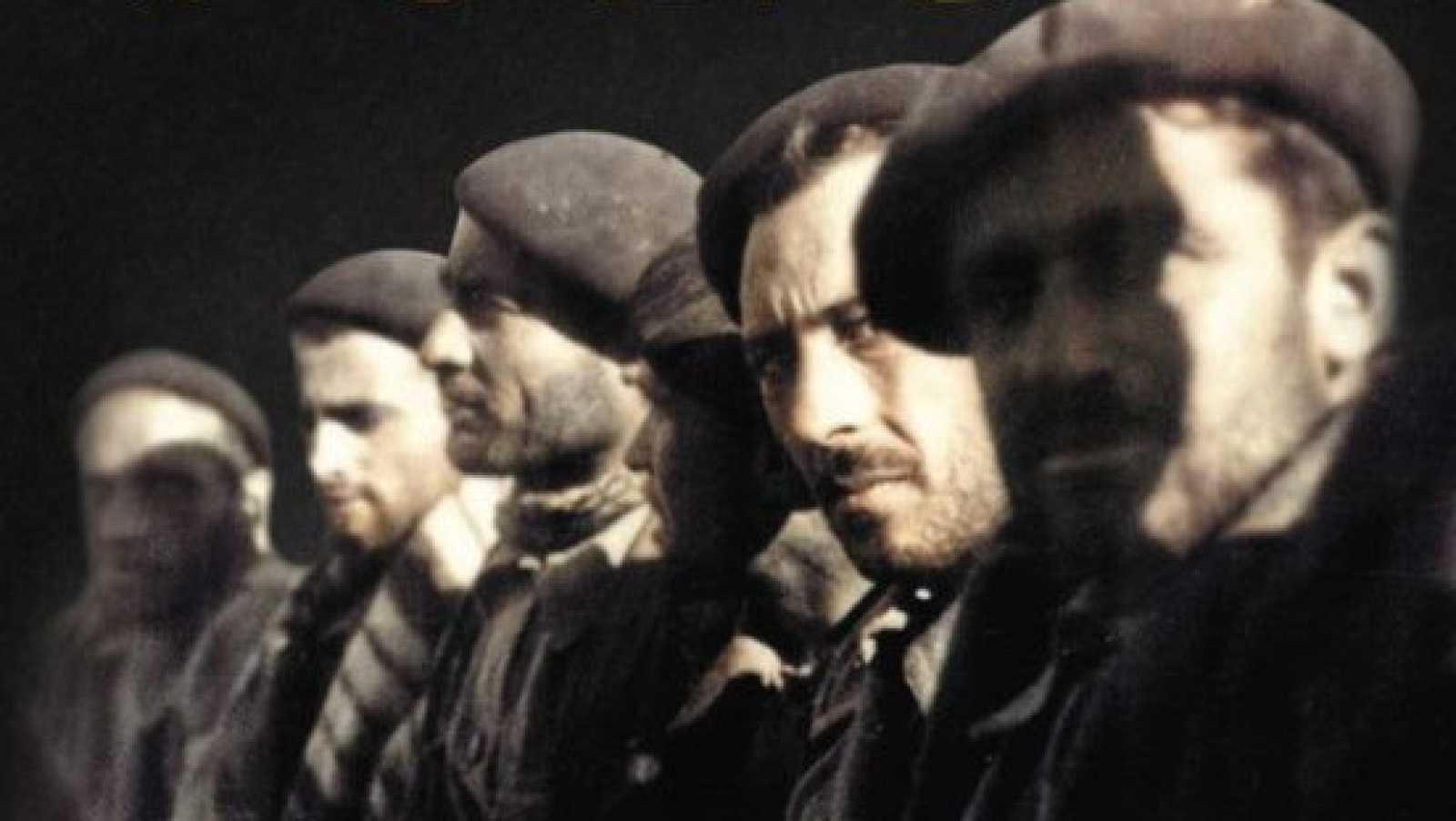 Los lectores de Arturo Pérez-Reverte crean un álbum de sus familiares que combatieron en la Guerra Civil