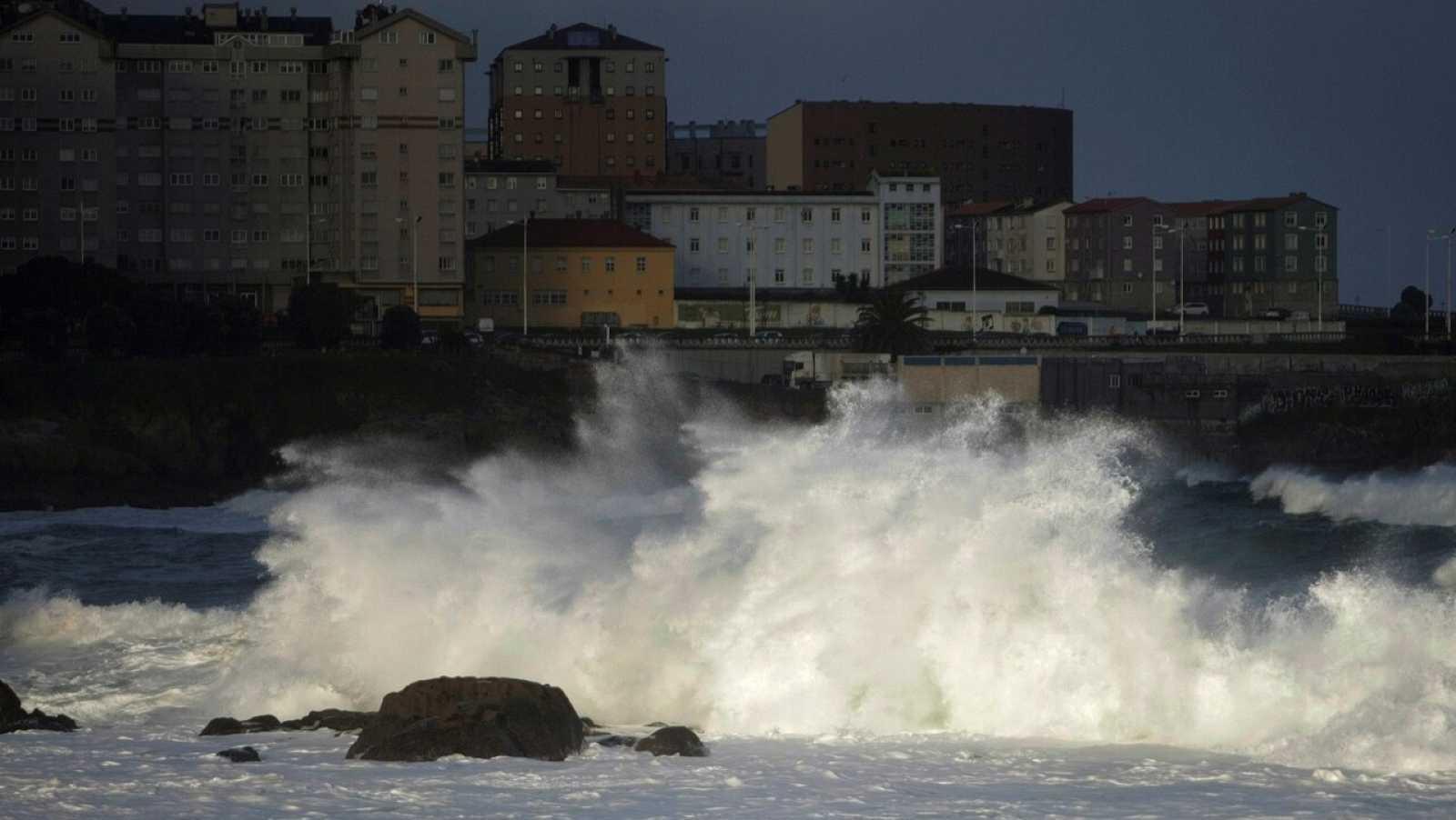 El temporal Bella mantiene el norte de España en alerta naranja por nieve y fuerte oleaje