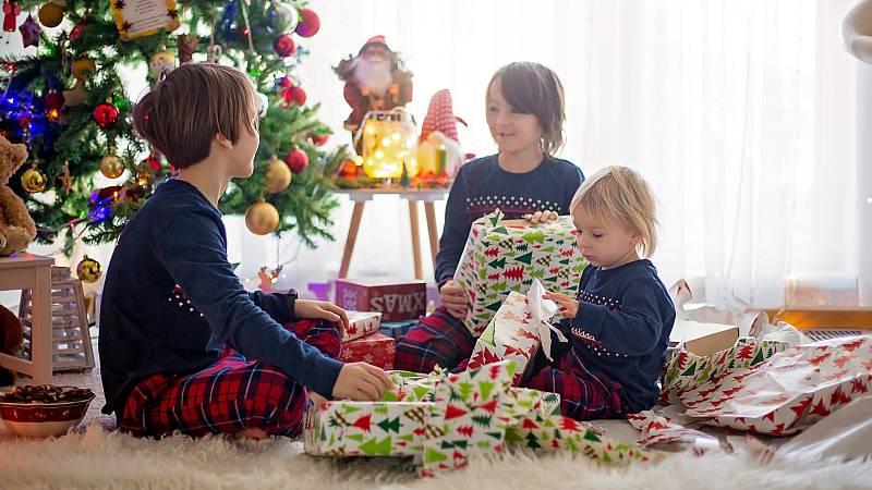 Los niños abren sus regalos tras la noche de Reyes más atípica