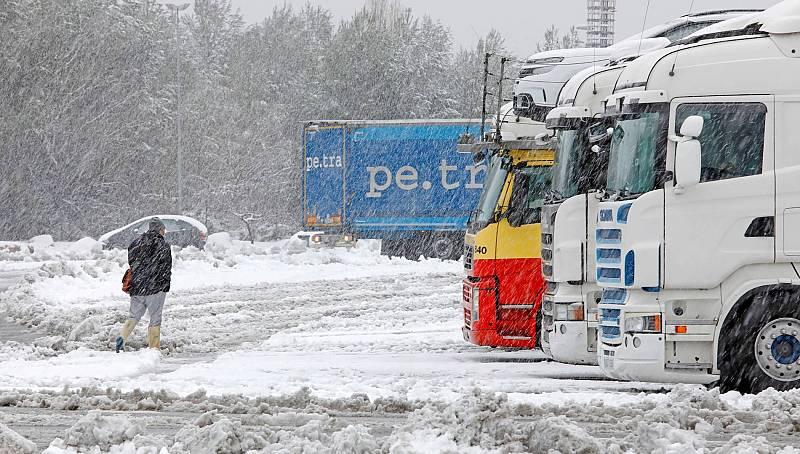 Cientos de transportistas pasan su segunda noche bloqueados
