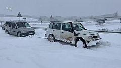 Voluntarios en 4x4 rescatan coches en la nieve