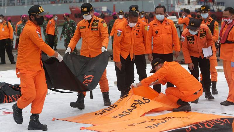 Localizan los restos del avión que se precipitó al mar en Indonesia