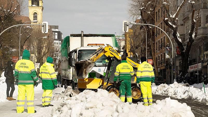 Tras la gran nevada llega el momento de limpiar los restos del temporal en las carreteras y en las calles
