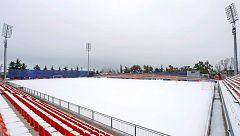 Los futbolistas, ante la nieve y el riesgo de lesiones
