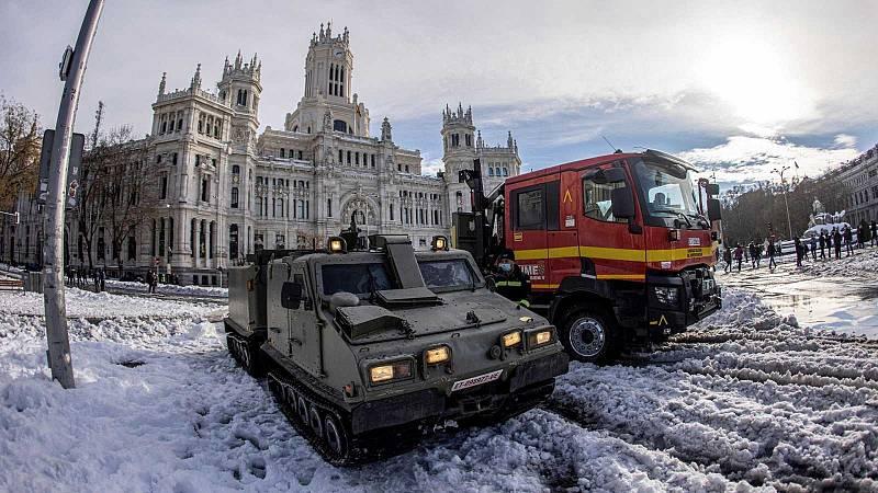 El hielo y la nieve en las calles dificultan la movilidad y la vuelta a la normalidad en Madrid tras el temporal