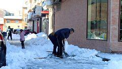 Brigadas de vecinos se organizan para retirar con pico y pala el hielo en Madrid