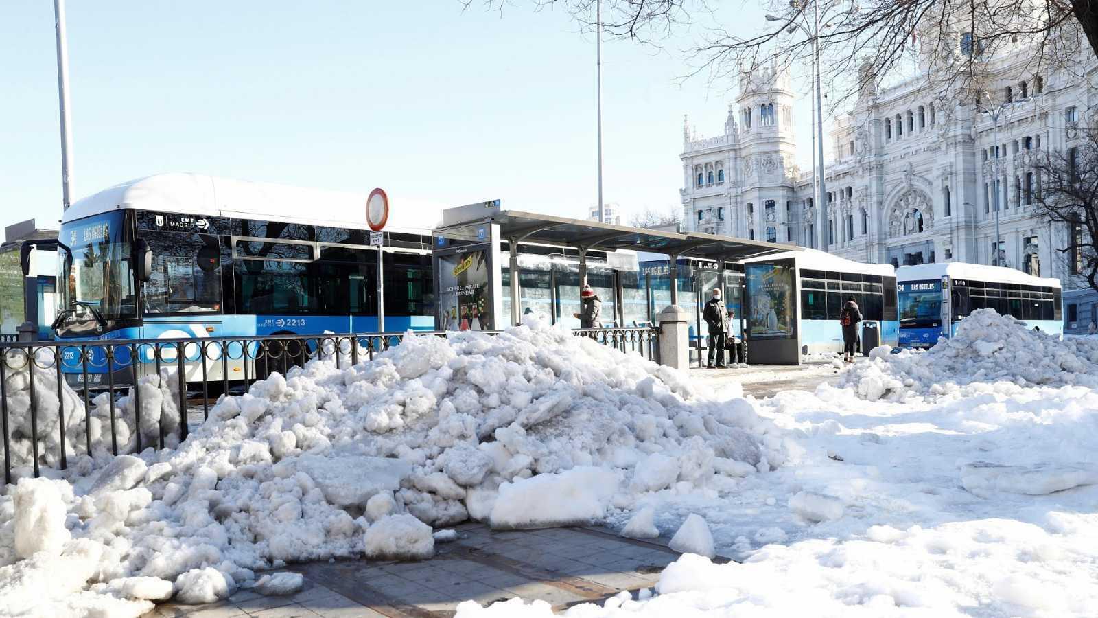 El frío azota Madrid y el hielo ralentiza la vuelta a la normalidad tras el temporal