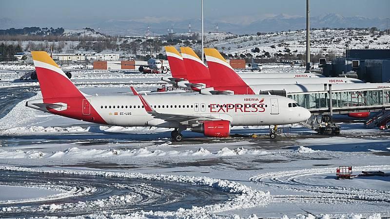 El hielo ralentiza la vuelta a la normalidad en aeropuertos y estaciones de tren donde hay retrasos