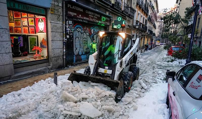 Las calles de Madrid siguen cubiertas de hielo
