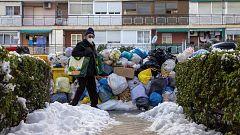 """Madrid sigue sufriendo los efectos de las nevadas, seis días después: """"Estamos quitando nieve para poder salir del portal"""""""