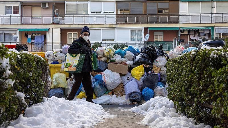 """Los vecinos de Madrid siguen sin poder recuperar la normalidad: """"Estamos quitando nieve para poder salir del portal"""""""