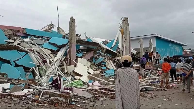 Un fuerte terremoto sacude Indonesia causando al menos 35 muertos y cientos de heridos
