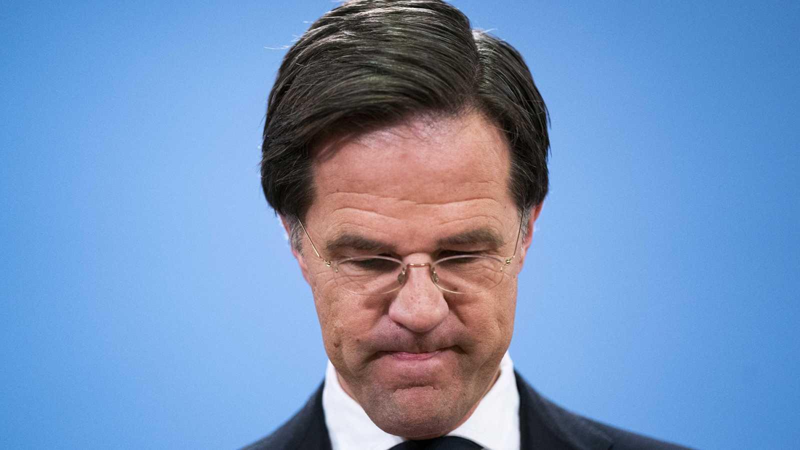 Dimite en bloque el Gobierno holandés por un escándalo de subvenciones destapado por una abogada española