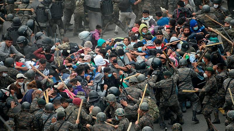 Miles de hondureños logran forzar la entrada en territorio guatemalteco