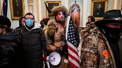 """Continúan las investigaciones del asalto al Capitolio con nuevas imágenes del """"hombre vestido de bisonte"""""""