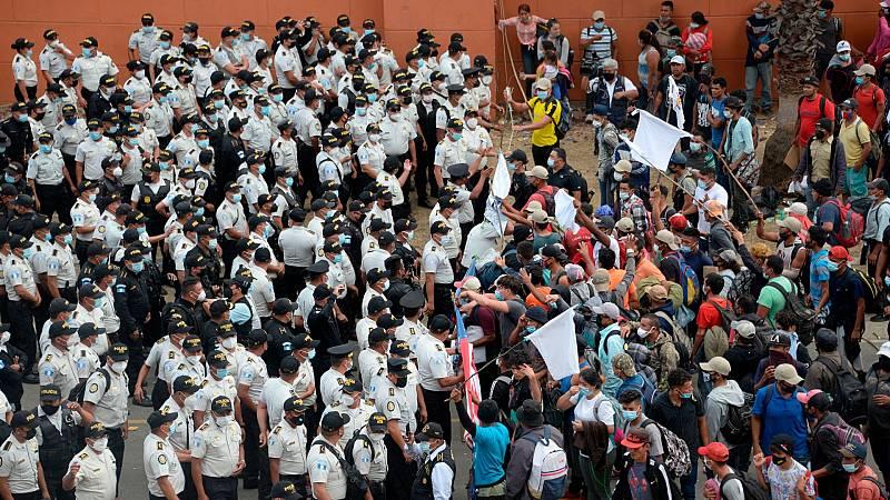 Las autoridades de Guatemala frenan por la fuerza el avance de la caravana de migrantes