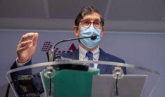 """Críticas y peticiones de dimisión al consejero murciano de Salud por """"saltarse la cola"""" y vacunarse contra el COVID-19"""