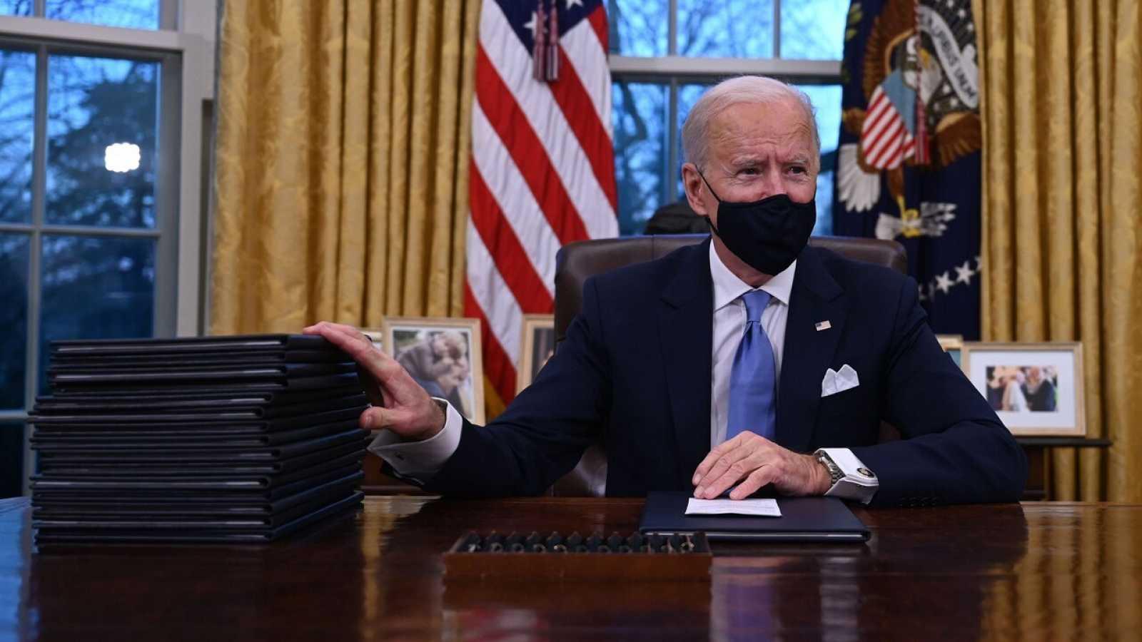 Biden firma sus primeras órdenes como presidente para desarmar el legado de Trump