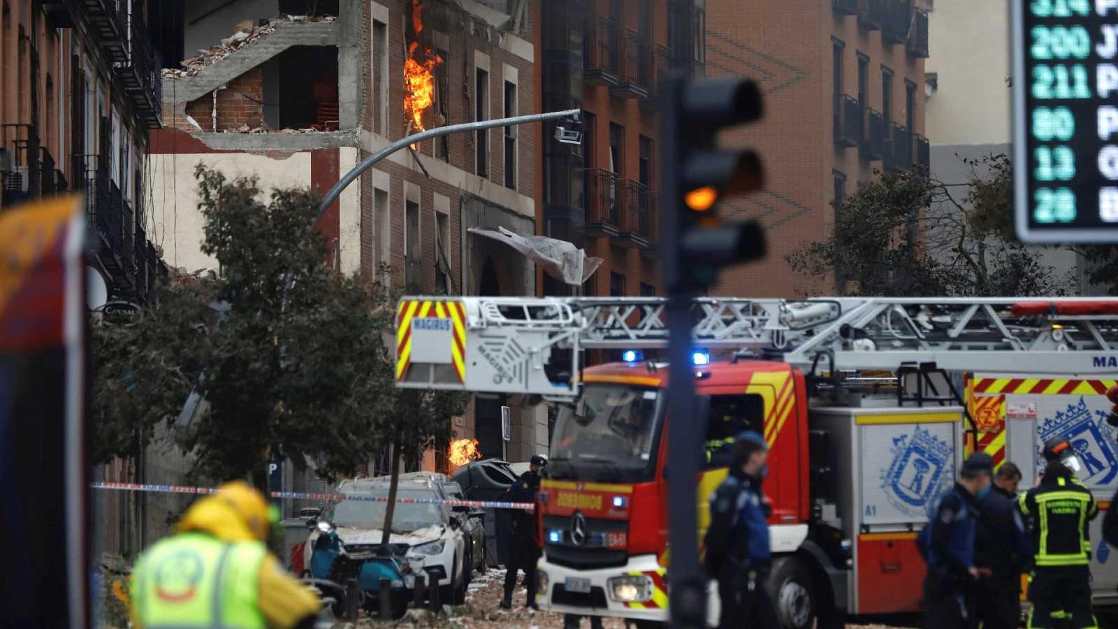 Bomberos y técnicos acceden al edificio que explotó en Madrid para reanudar tareas de desescombro