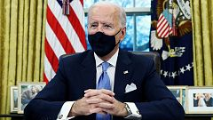 Biden multiplica los gestos y símbolos para diferenciarse de Trump en el primer día como presidente
