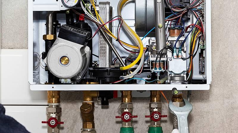 ¿Cuándo hay que revisar la caldera y qué se debe hacer para mantenerla en buen estado?