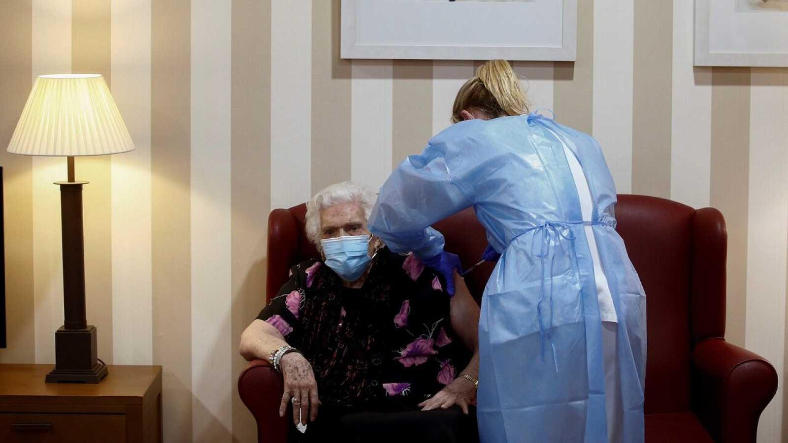 Los mayores de 80 años serán los siguientes en recibir la vacuna contra la COVID-19