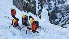 Los habitantes de la 'Siberia asturiana' lamentan las deficientes infraestructuras tras el alud que sepultó a dos operarios de carreteras