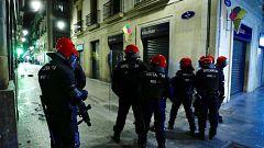 Dos ertzainas heridos y dos arrestados en varios incidentes por incumplir las restricciones contra la COVID-19