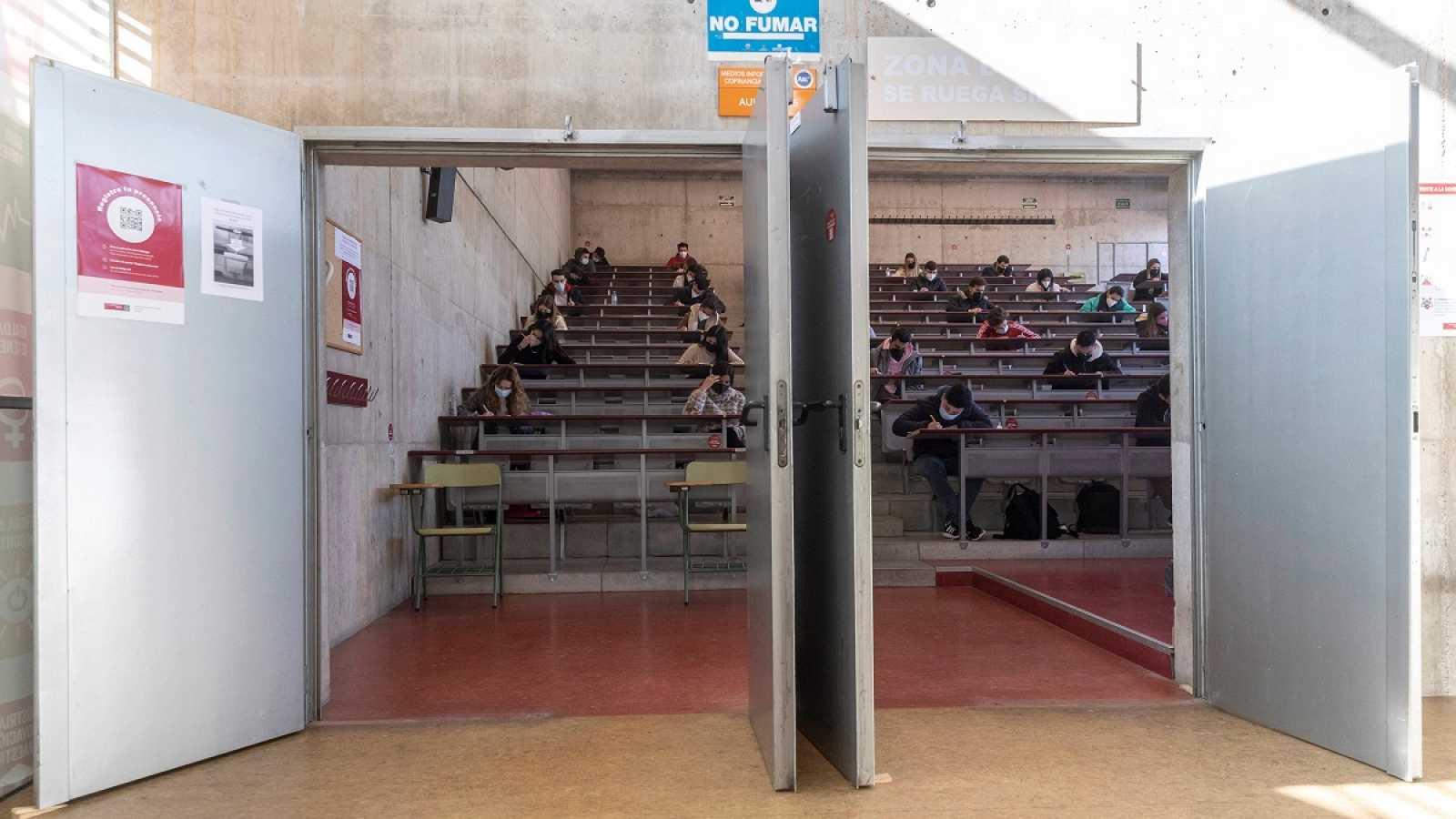 Aumentan las protestas de los universitarios por los exámenes presenciales