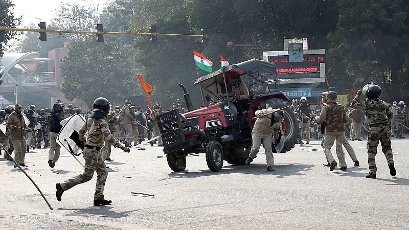 Miles de campesinos indios marchan por la capital contra la reforma agraria del país