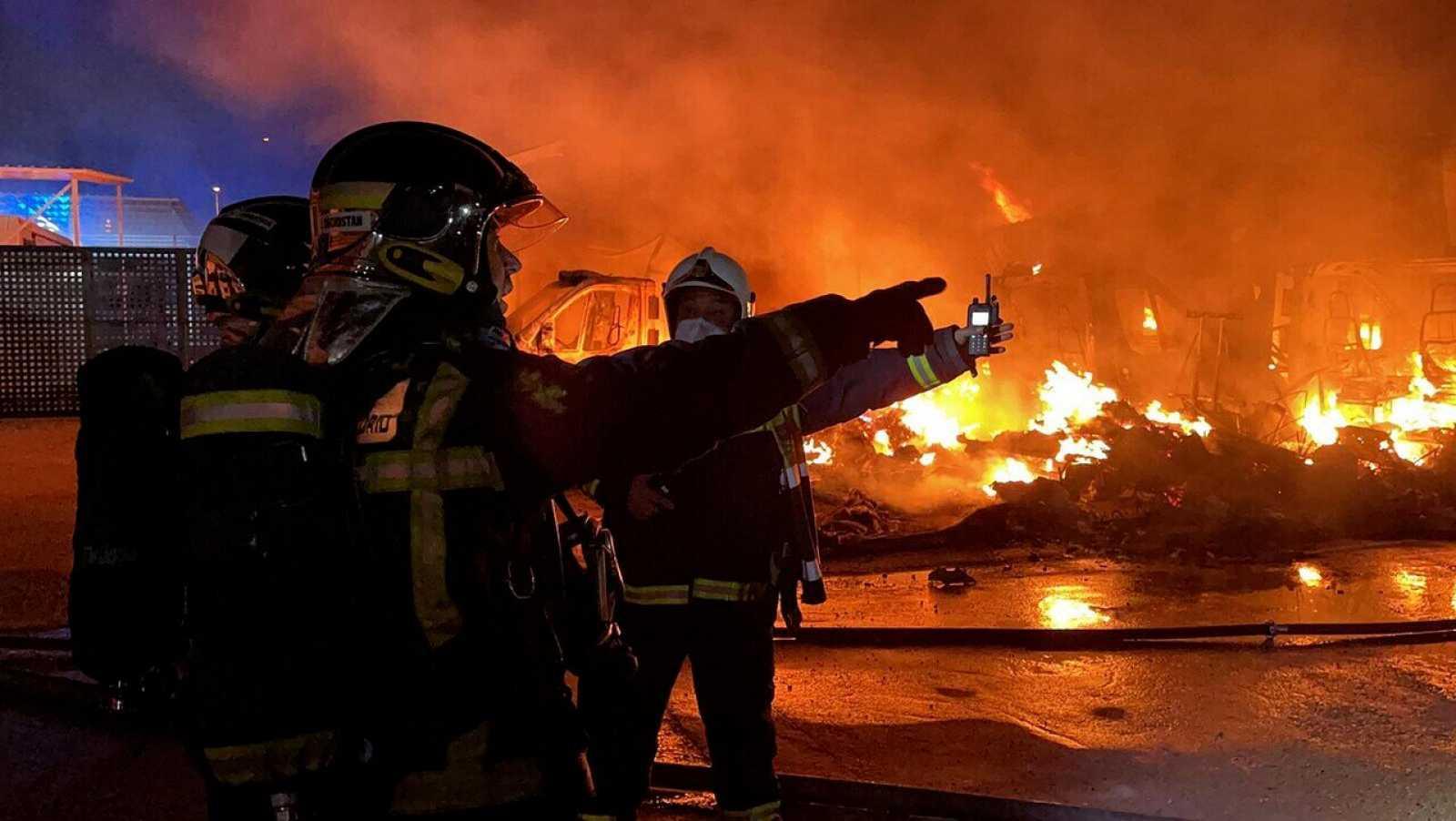 Se produce un gran incendio en un aparcamiento de Alcalá de Henares (Madrid)