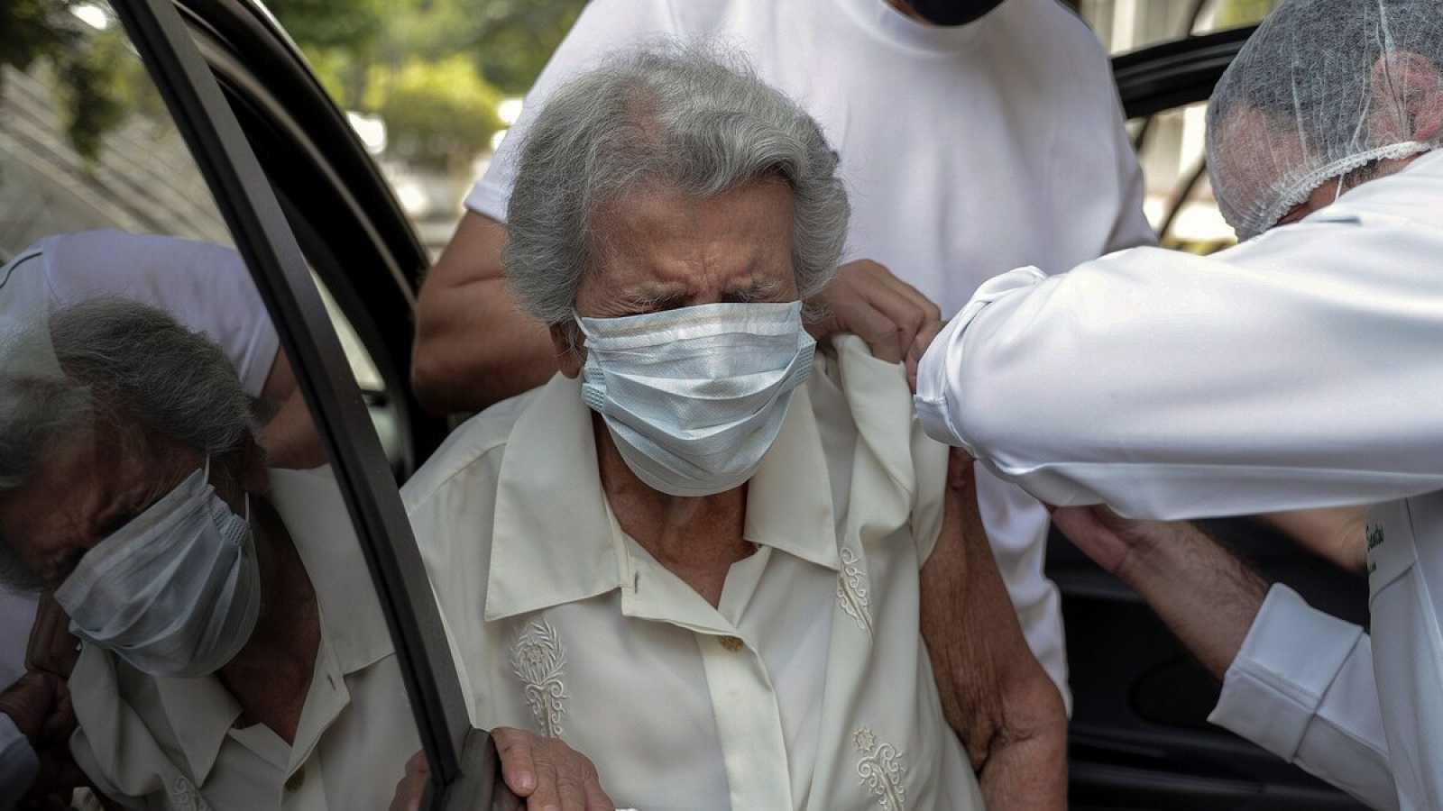 Sanidad establece que los mayores de 80 años solo reciban la vacuna de Pfizer o Moderna