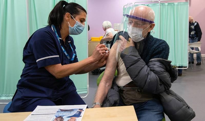 Reino Unido recluta miles de voluntarios para poner vacunas