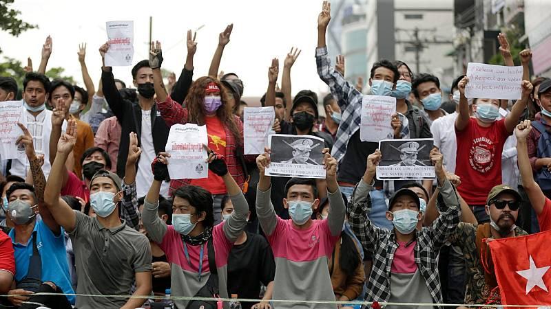 La junta militar de Birmania ordena el apagón a escala nacional de internet, coincidiendo con la manifestación de miles de personas en Rangún