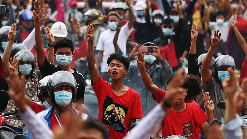 Los birmanos vuelven a manifestarse contra el nuevo gobierno militar y en defensa de la democracia
