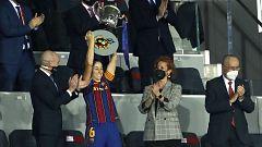 Vicky Losada, capitana del Barça, recibe la Copa de la Reina de manos de una enfermera