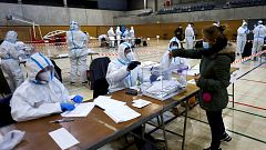 Los miembros de las mesas electorales, protegidos por EPIS durante la franja de voto recomendada para positivos
