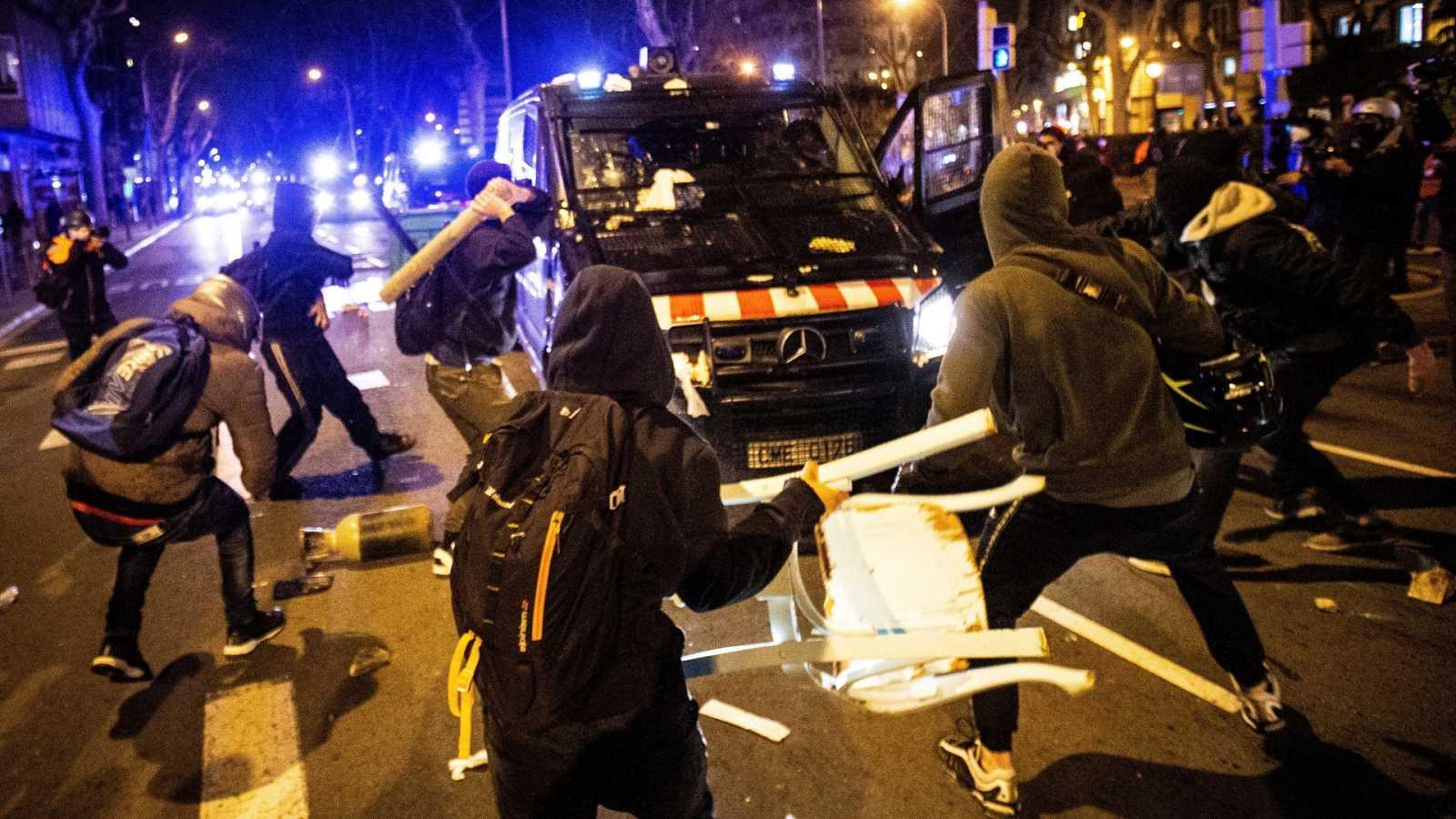 Cargas en Madrid y segunda noche de disturbios en Cataluña en las protestas en apoyo a Pablo Hasel