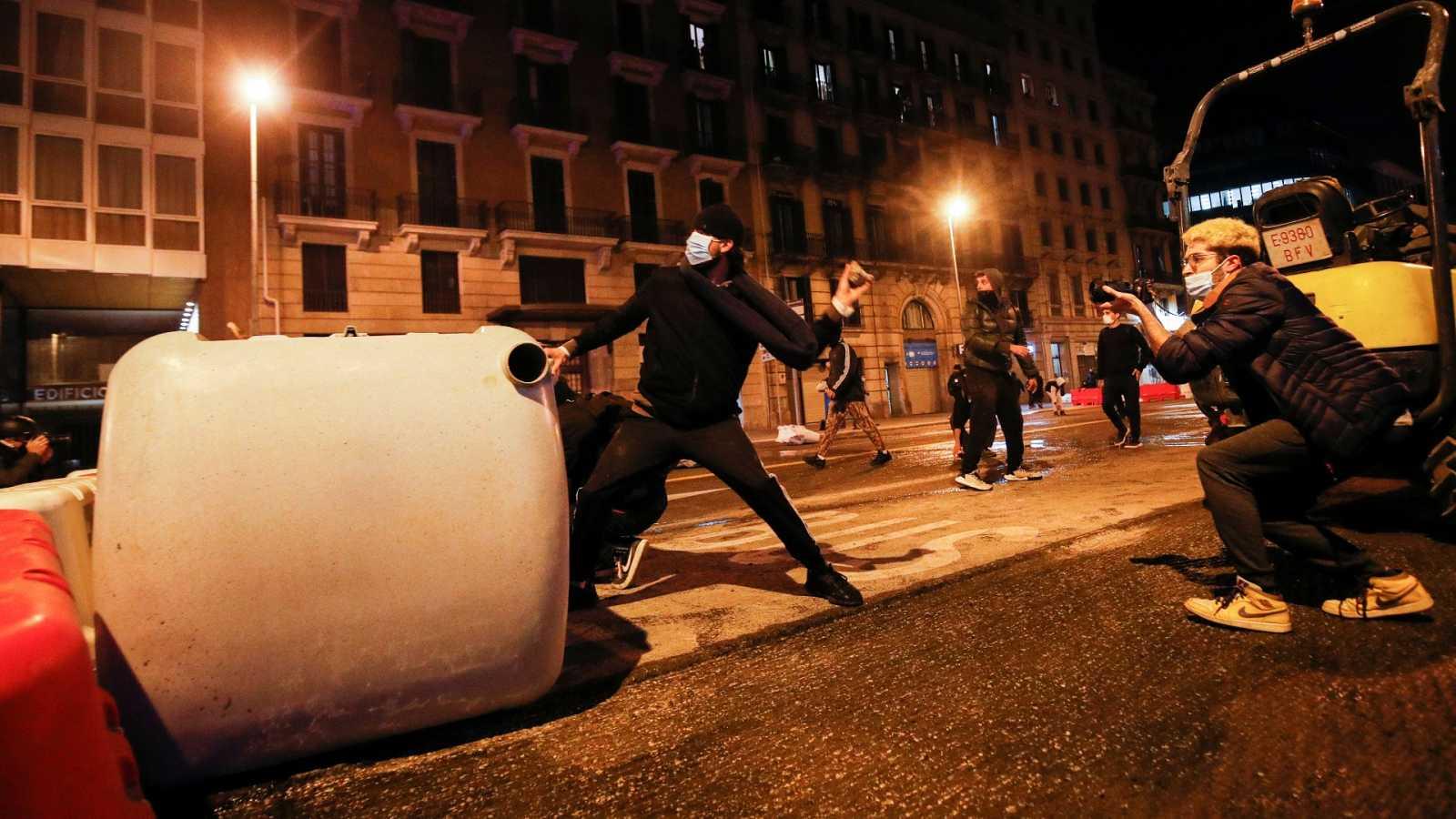 Cargas en Madrid y segunda noche de disturbios en Cataluña en las protestas en apoyo a Pablo Hasél