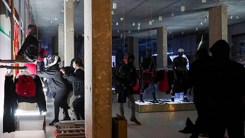 Quinta noche de disturbios en Cataluña, con destrozos y saqueos de tiendas en Barcelona