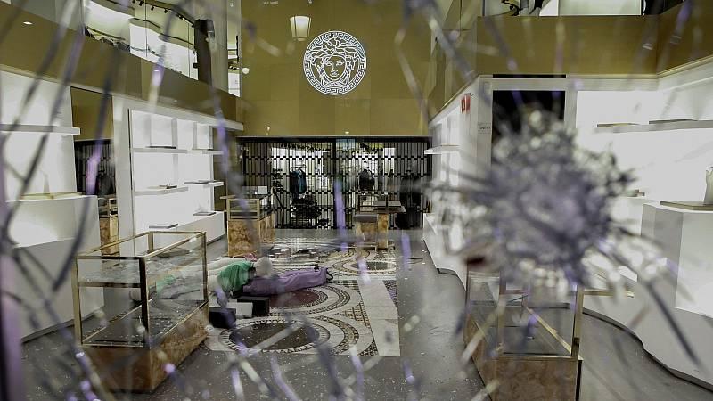 Cristales rotos y pintadas en algunos negocios del Paseo de Gracia, tras la quinta noche de disturbios en Barcelona