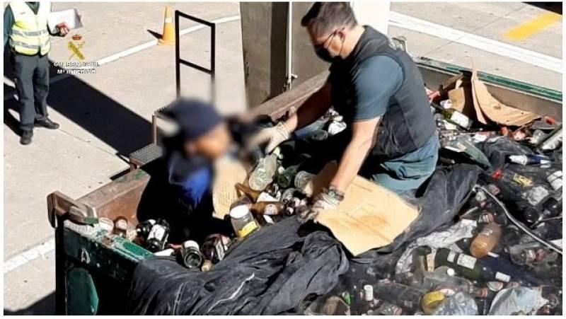 La Guardia Civil rescata a 41 personas en el puerto de Melilla ocultas en bateas entre restos de vidrios y cenizas